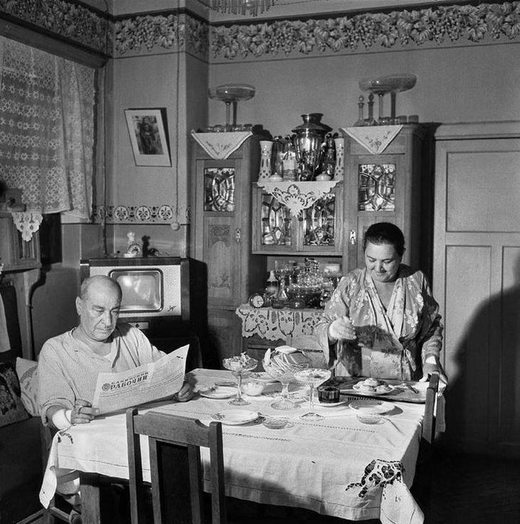 Бакинская квартира, подготовка к чаепитию, 1959 год