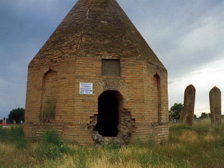 Мавзолей XVIII века в селе Гюльоглулар.