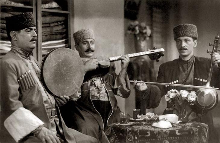 Музицирование за чаем. Хан Шушинский, Бахрам Мансуров, Талят Бакиханов, 1956 год