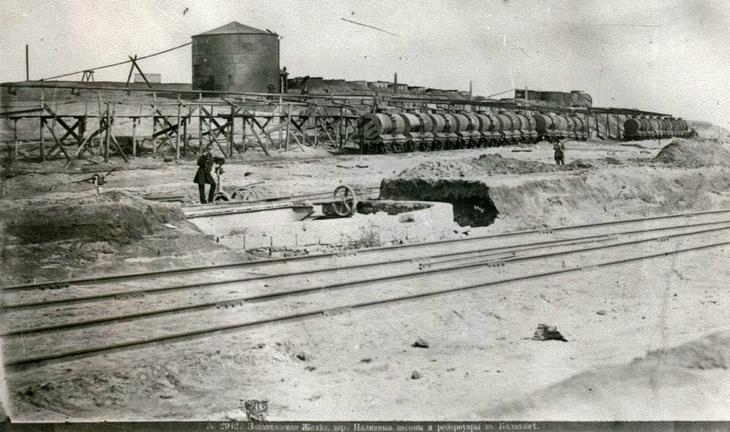 Фото Дмитрия Ермакова 1880-1890-х годов. Хранилища нефти вдоль железной дороги