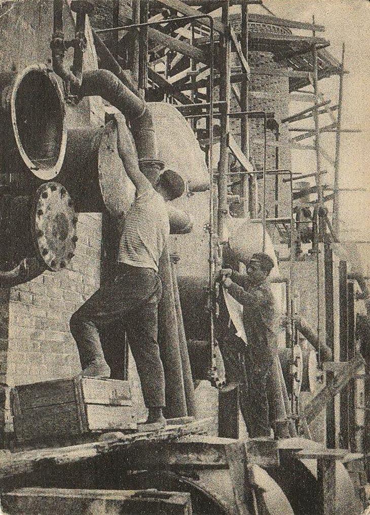 Стройка девятикубовой керосино-бензиновой нефтеперегонной батареи в Баку. Насосная установка котлов