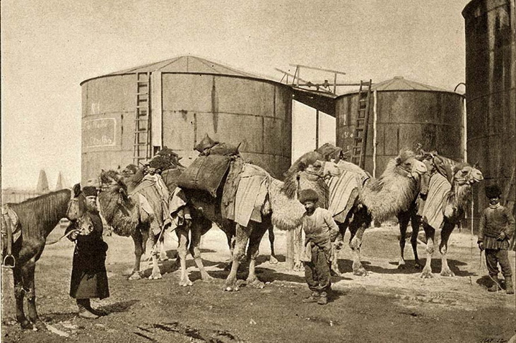 Фото 1880-1890-х годов. Резервуары для хранения нефти в Балаханах вдоль нефтепровода