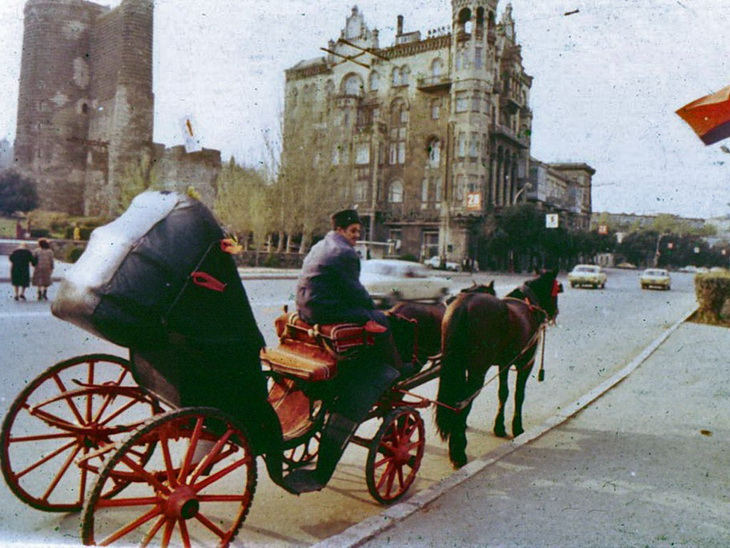 «Мирное сосуществование» транспорта двух эпох – достопримечательность города.