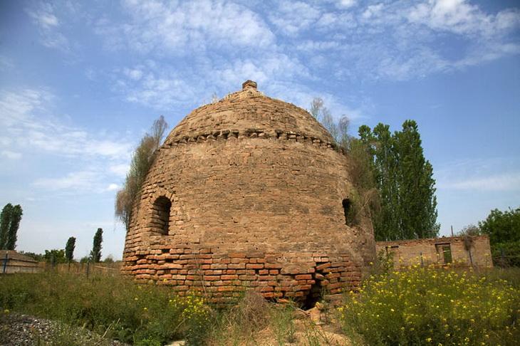 Средневековый купольный мавзолей в Гарагоюнлу (Бардинский район)