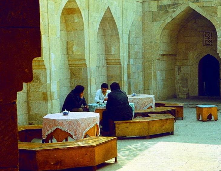 Чаепитие в бакинском караван-сарае. Фото Анатолия Сироты, 1983 год