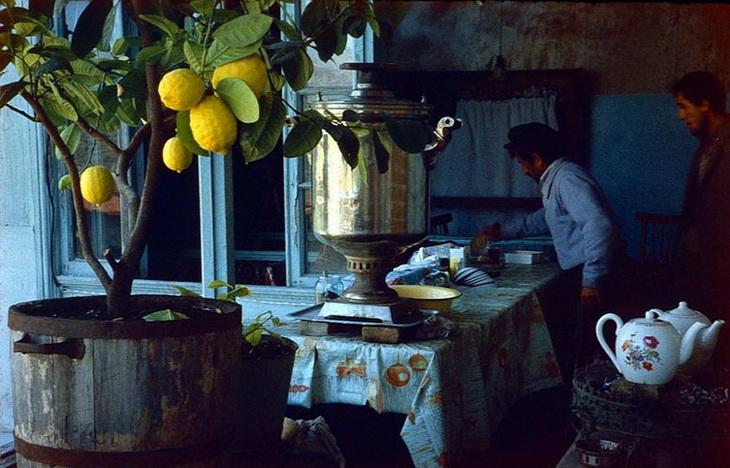 Шеки. Чаепитие в айване. Фото Анатолия Сироты, 1985 год